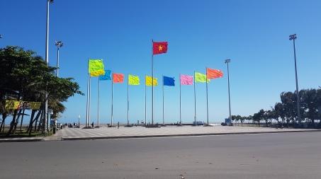 Les drapeaux face à la mer