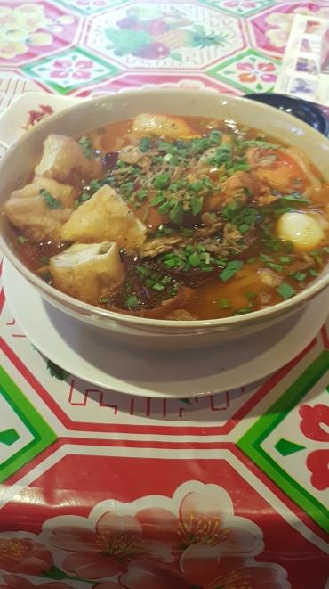 Soupe coréenne, composée de crevettes, porc, vermicelles et autres choses...