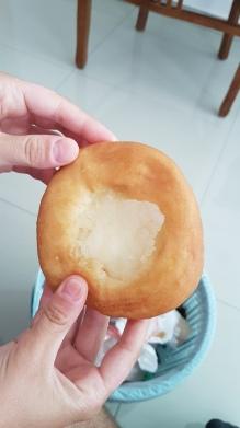 Un beignet avec un cœur au riz gluant, copieux mais bon.