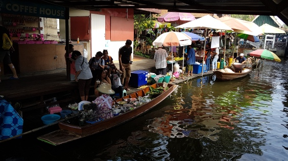 Barque composant le floatting market