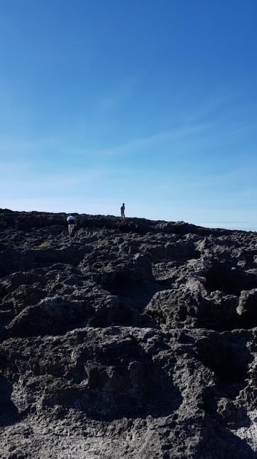 La roche qui sépare l'océan et la piscine